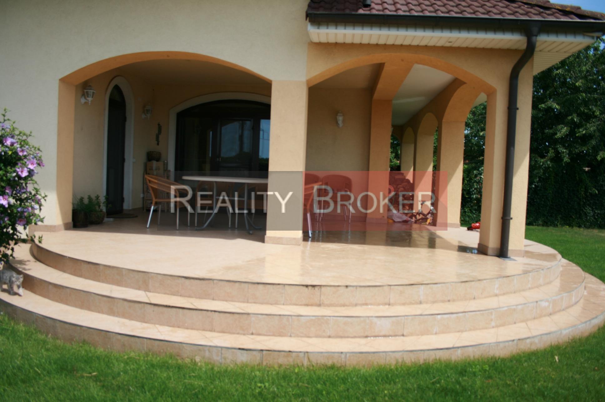Ponúkame na predaj exkluzívny rodinný dom v obci Hrubý Šúr