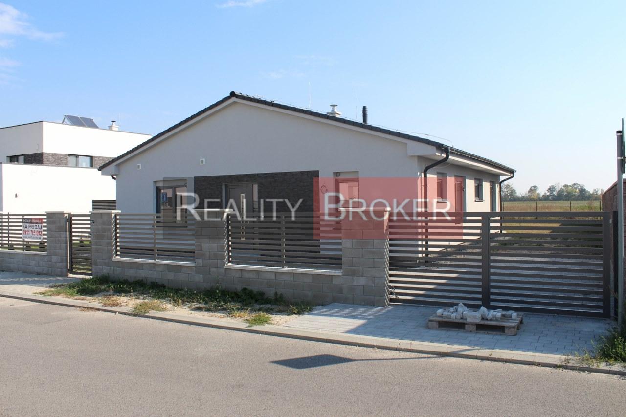 REALITY BROKER ponúka na predaj peknú skolaudovanú novostavbu rodinného domu – bungalov v Rovinke