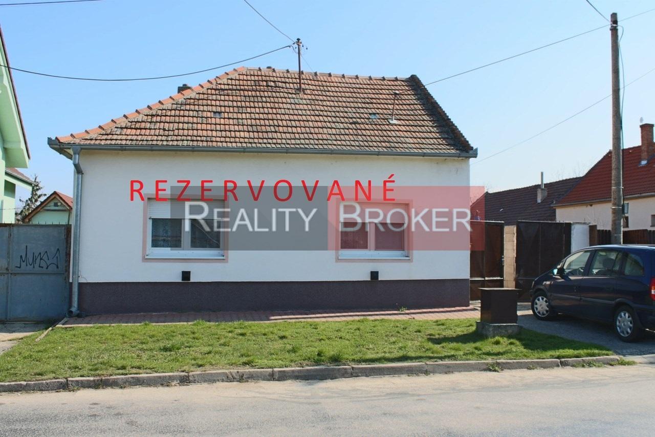 REALITY BROKER ponúka na predaj starší rodinný dom vo veľmi zachovalom stave v obci Čataj