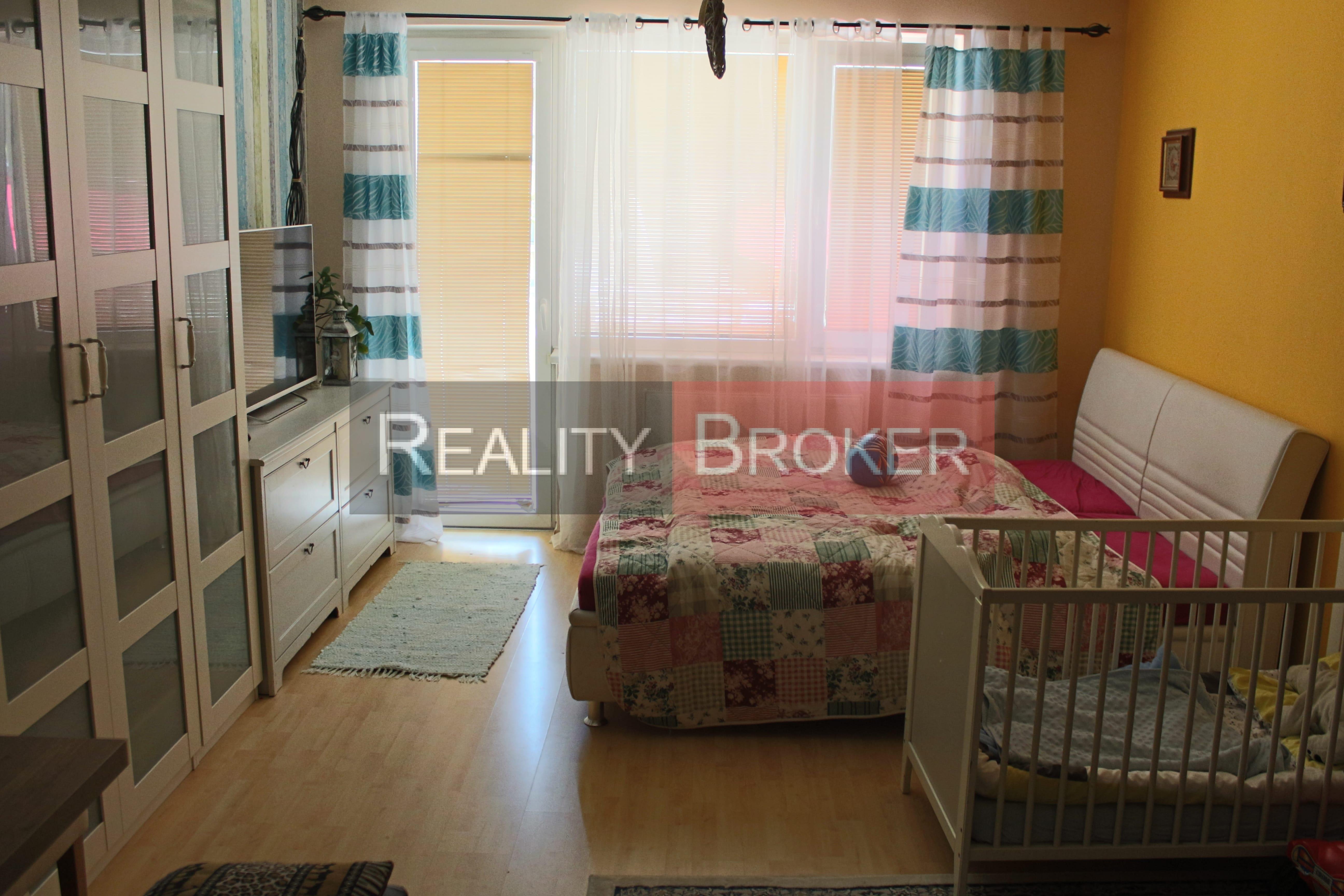 REALITY BROKER  ponúka na predaj pekný 2 izb. byt na Zemplínskej ul. v Senci s park. miestom v OV