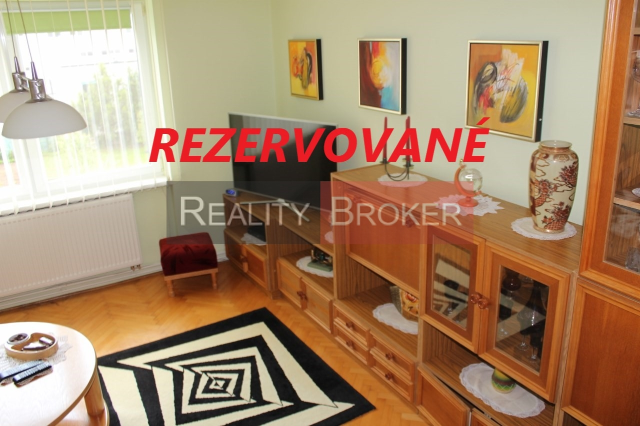 REALITY BROKER ponúka na predaj pekný priestranný 2 izb. byt s peknou ovocnou záhradkou a garážou