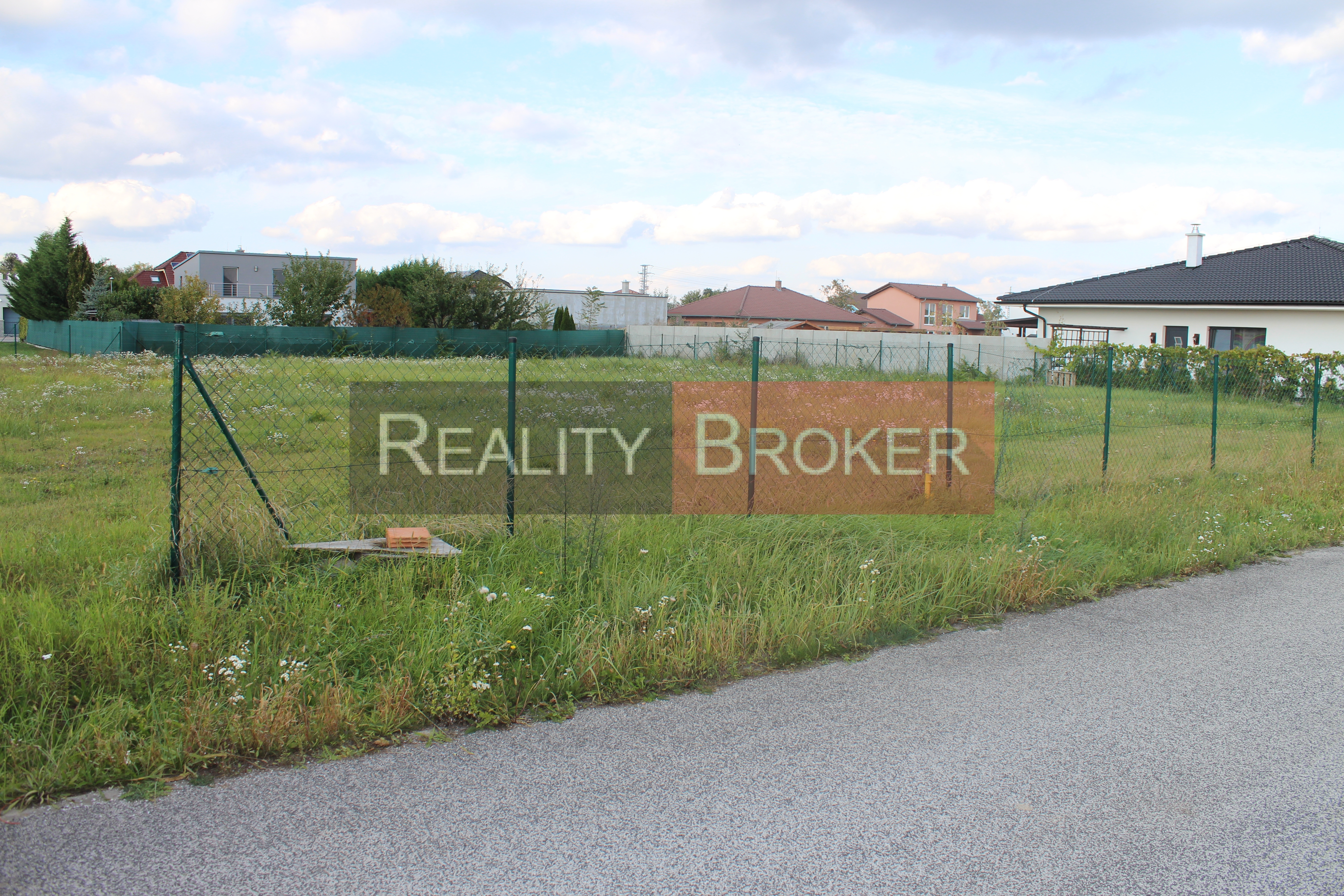 Ponúkame na predaj pekný veľký stavebný pozemok v Senci pre rodinný dom