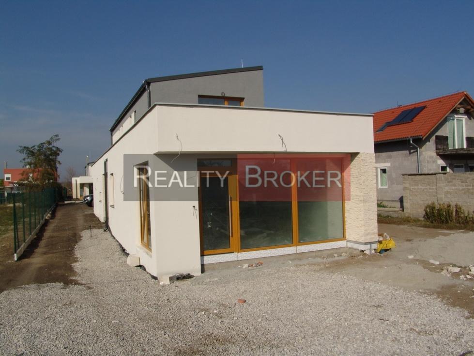 REALITY BROKER ponúka na predaj skolaudovanú NOVOSTAVBU rodinného domu s obchodným priestorom