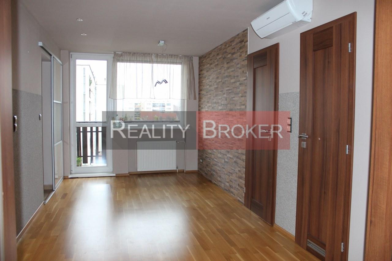 REALITY BROKER ponúka na predaj pekný priestranný 3 izb. byt s dvomi lodžiami, garážou a záhradkou v OV