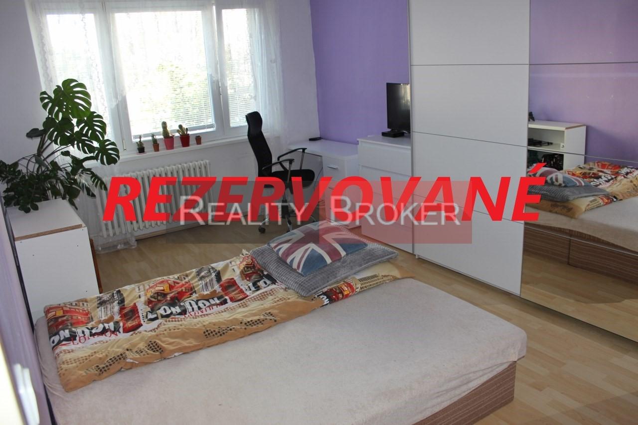 REZERVOVANÉ – REALITY BROKER ponúka na predaj pekný priestranný 2 izb. byt vo výbornej lokalite blízko centra mesta